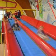 Trampolino Überdachter Spielplatz mit Airhockey, Tischkicker, Riesnschaukel, Einsenbahn und vielem mehr
