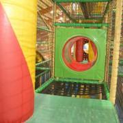 Trampolino Kinderspielplatz Über dacht mit Hüpfburg, Rodelbahn, Ballbool, Trampolin