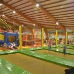 Trampolino überdachte Spielhalle Schweiz mit Hüpfburg, Rodelbahn und mehr