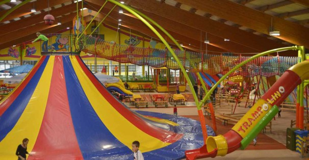 Trampolino - Der Indoorspielplatz in der Schweiz - Kletter-Vulkan mit Netzröhre